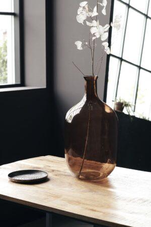 Aranżacja wazonu z kolorowego szkła. Nowoczesny wazon skandynawskiej marki House Doctor