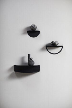 Seria półek Gravity marki Muubs. Duńska marka stawia na minimalizm i lekkość, łączy z solidnym wykonaniem z metalem.