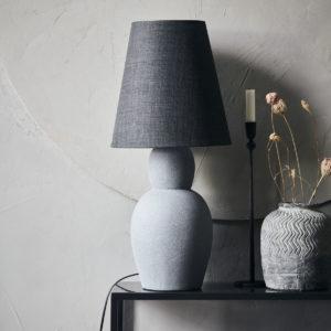 Lampa House Doctor. Artystyczna lampa z cementu z grafitowym abażurem - lampa stołowa skandynawska